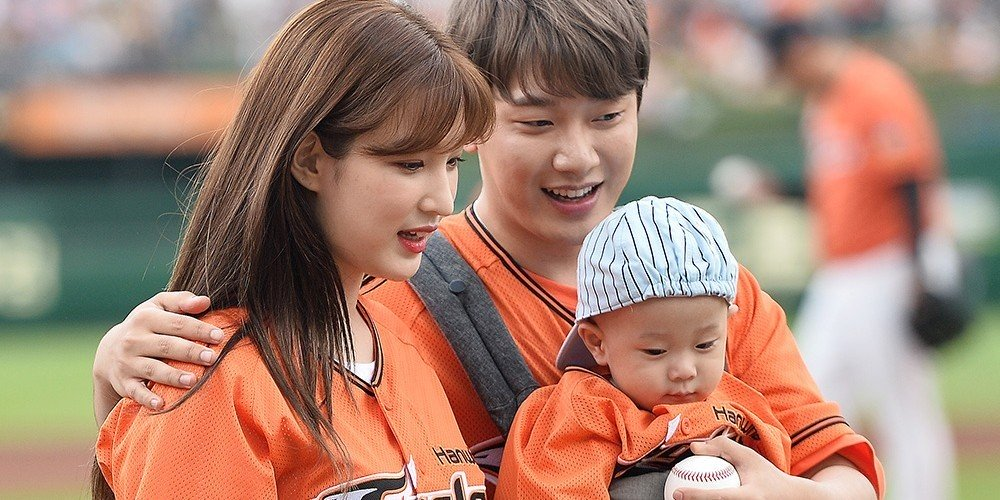 Yulhee and FTISLAND's Minhwan Welcome Twin Daughters